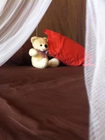 red: Cama decorada con el oso y almohada Foto de archivo