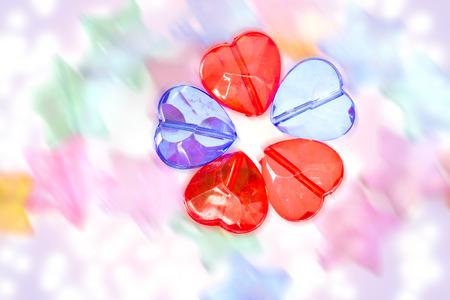 plastic heart: di plastica trasparente colorata a forma di cuore perline Archivio Fotografico