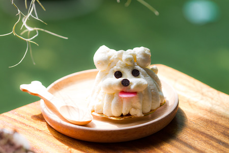 treat like a dog: sponge cake decorating as dog