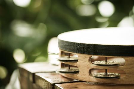 pandero: pandereta en la mesa de madera en el jard�n