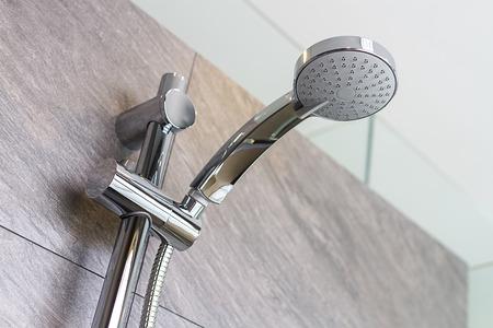 Nueva ducha en el baño sin agua Foto de archivo - 43551523