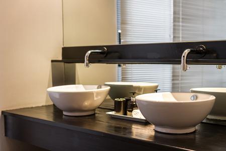 cuarto de ba�o: lavabos dobles decoradas en el ba�o Foto de archivo