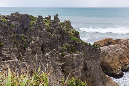 orificio nasal: Panqueque roca en un d�a nublado, Punakaiki, Nueva Zelanda