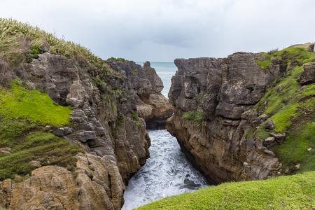 orificio nasal: Panqueque roca en un día nublado, Punakaiki, Nueva Zelanda