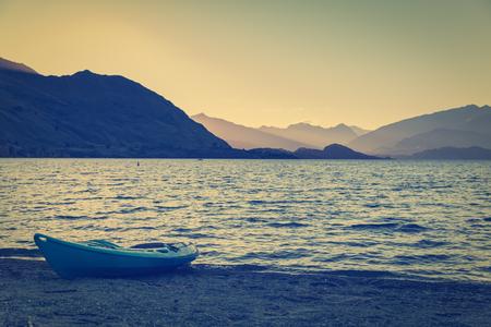 Sonnenuntergang hinter Berg am Lake Wanaka, Neuseeland Standard-Bild - 57237125