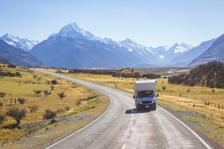 Campervan auf der Straße mit Mount Cook Blick Hintergrund, Neuseeland Standard-Bild - 59671890