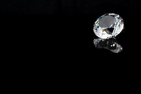 diamante negro: El cristal brillante de diamantes sobre fondo negro, la posición del borde derecho