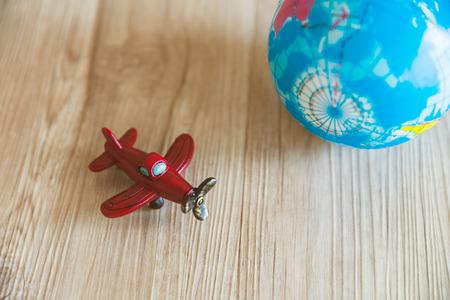 나무 배경에 빨간 장난감 비행기와 글로브 모델 스톡 콘텐츠