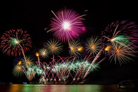 Coloridos fuegos artificiales desde el mar en Pattaya, Tailandia Foto de archivo