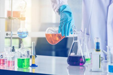 concept de recherche et développement en laboratoire avec scientifique et verrerie de laboratoire