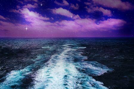 splashing waves in ocean  and dark night sky Zdjęcie Seryjne