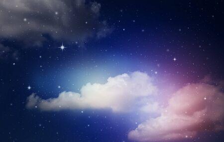 ciel nocturne coloré fantastique avec des nuages et des étoiles