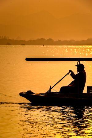 中国の西湖で伝統的なボートを漕ぐ 写真素材 - 7408210