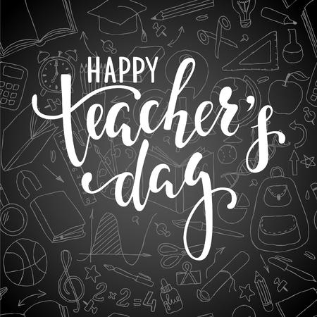 Feliz Día del Profesor. Letras dibujadas mano de la pluma del cepillo en fondo de la pizarra. Diseño para tarjeta de felicitación de vacaciones e invitación, volantes, carteles, banner