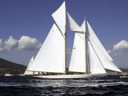 ketch: Classic sailing yacht a 41 meter goelette readying for the Nioularge start Stock Photo