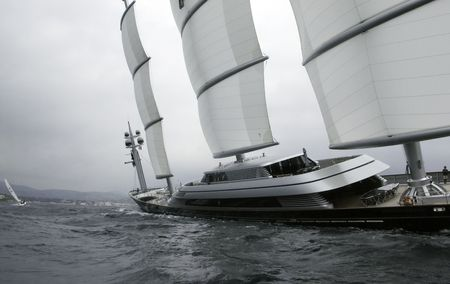 bois: Hi-tech schooner full and by at 30 degree list chasing a traditional sailboat