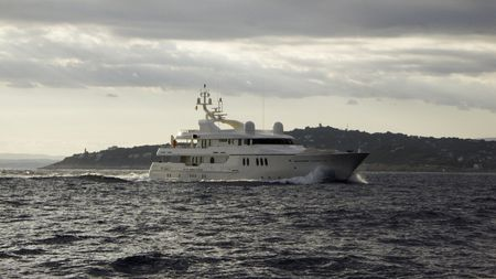 vacance: Motor yacht Teddy in late afternoon steaming in front of Cap Ferrat Stock Photo