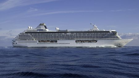 vacance: Mega Cruise ship Crystal Serenity in a light swell making way off the coast of Monaco