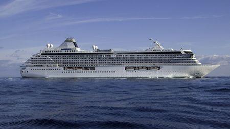 vacance: Mega nave da crociera Crystal Serenity luce in un modo che gonfiano al largo della costa di Monaco  Archivio Fotografico