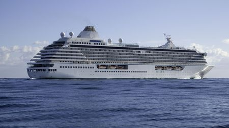 vacance: Mega cruise ship Crystal Serenity on a flat sea making passage to Cannes