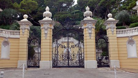 colonnade: turn of the century double house gate with decorated pillars Stock Photo