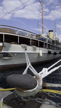 vacance: Classic Motor yacht mooring ropes tight to a bollard