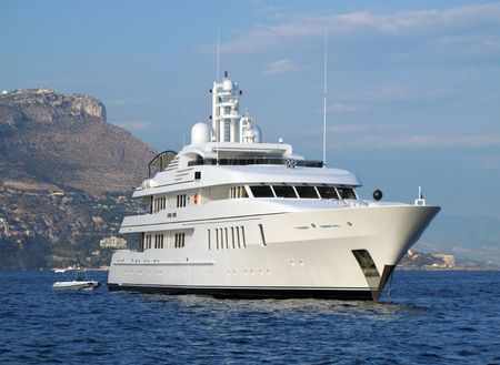chien: Motor yacht April Fool in front of the Monaco Tete du Chien