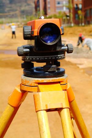 teodolito: Topografía equipos de medición de tránsito teodolito en el trípode en el sitio de área de construcción de la construcción. Foto de archivo