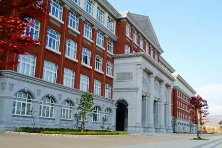 fachada: Edificio de la universidad Campus