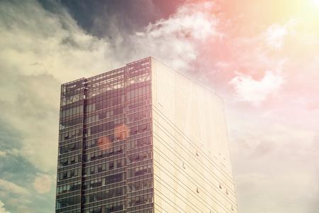사무실 하늘 배경에 건물입니다. 에디토리얼
