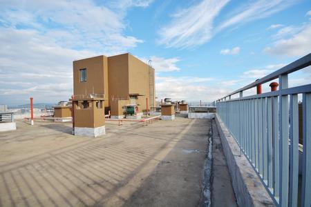 在雲藍天高層建築的屋頂和水容器 版權商用圖片