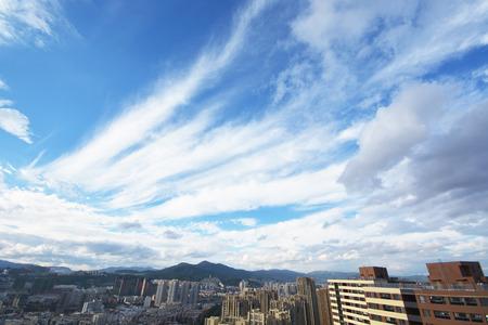 一個城市的風景視圖在藍天下的