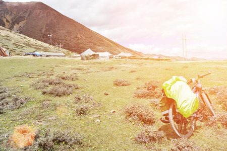 在風景秀麗的山區一輛自行車的視圖 版權商用圖片