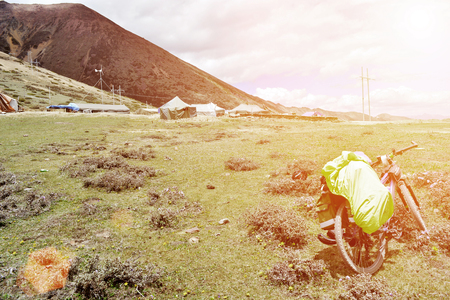 在高原風景視圖的自行車旅行 版權商用圖片