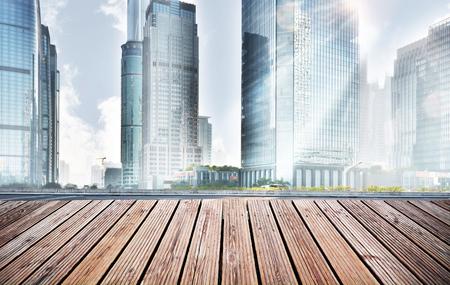 木製平台和城市 版權商用圖片