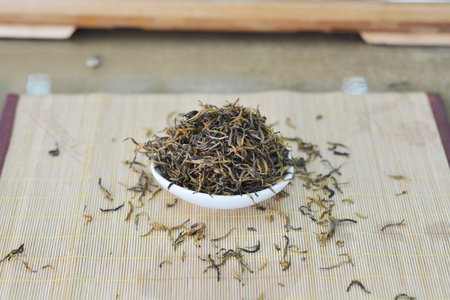 茶葉在墊子上的一個碗裡