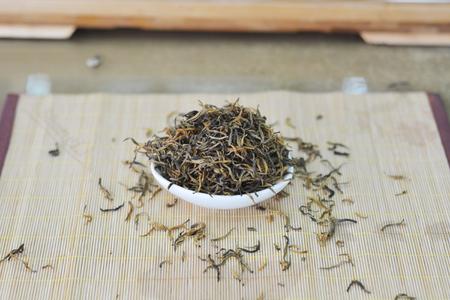 茶葉在墊子上的一個碗裡 版權商用圖片 - 81685212
