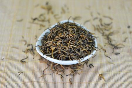 茶葉在碗裡