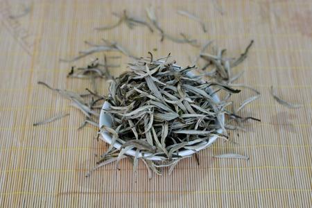 茶葉在墊子上的一個碗裡 版權商用圖片 - 81698262