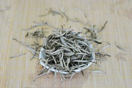 茶葉在墊子上的一個碗裡 版權商用圖片 - 81698263