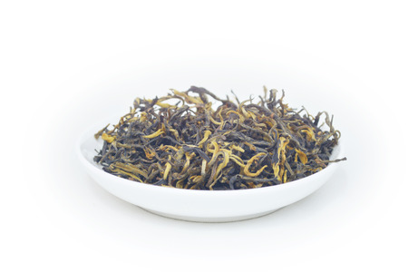 Close up view of tea leaves in a bowl on white bacgkround 版權商用圖片 - 81698265