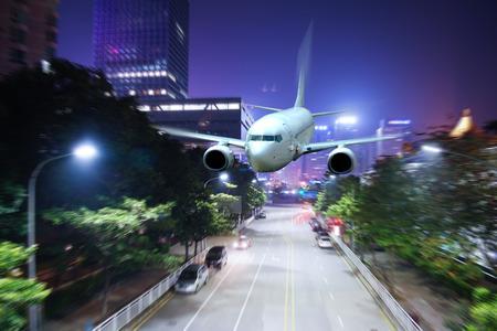 飛機飛越城市 版權商用圖片 - 81698275