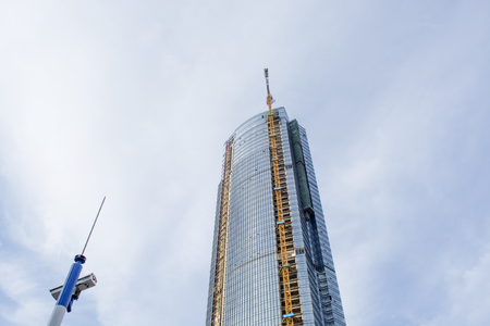Sitio de construcción Rascacielos y grúa