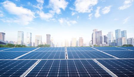 Moderne Stadt- und Sonnenkollektoren Standard-Bild