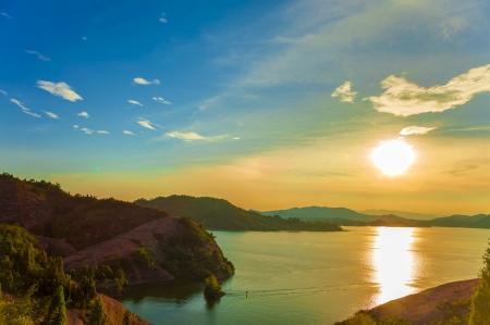 coucher de soleil sur un lac avec les montagnes autour de Banque d'images