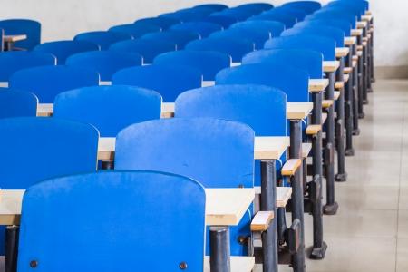 chaises bleues et des tables dans une salle de classe