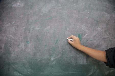 main tenir l'�criture d�but de craie dans le tableau