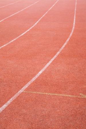 voie piste rouge avec des lignes blanches dans le domaine de sports de course Banque d'images