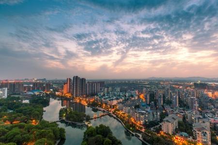 Vue d'oiseau de la ville de Fuzhou dans la nuit