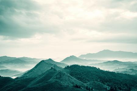 montagnes qui sont sous le brouillard le matin dans le comt� de Zixi, la ville de Fuzhou, province du Jiangxi, en Chine